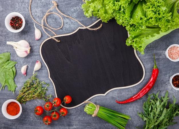 Frische salatgrüns des kopfsalates mit gewürzen und frischgemüse. vegetarier Premium Fotos