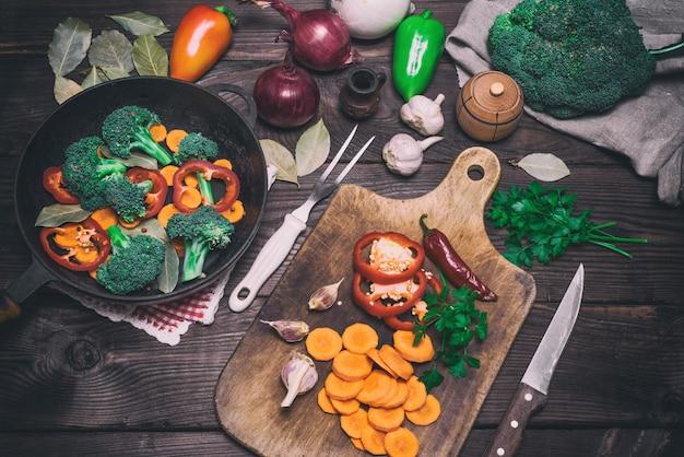 Frische stücke karotten, brokkoli und roter pfeffer Premium Fotos