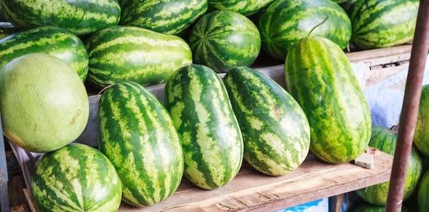 Frische süße natürliche tropische organische wassermelonenfrüchte. saisonale asiatische früchte Premium Fotos