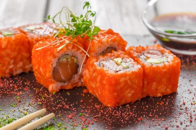 Frische sushi auf rustikalem holztisch Premium Fotos
