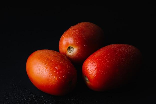 Frische tomate in der dunkelheit Kostenlose Fotos