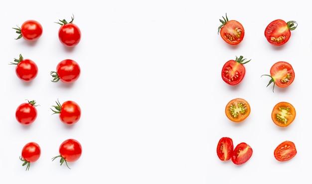 Frische tomaten, ganz und halber schnitt lokalisiert auf weißem hintergrund. Premium Fotos