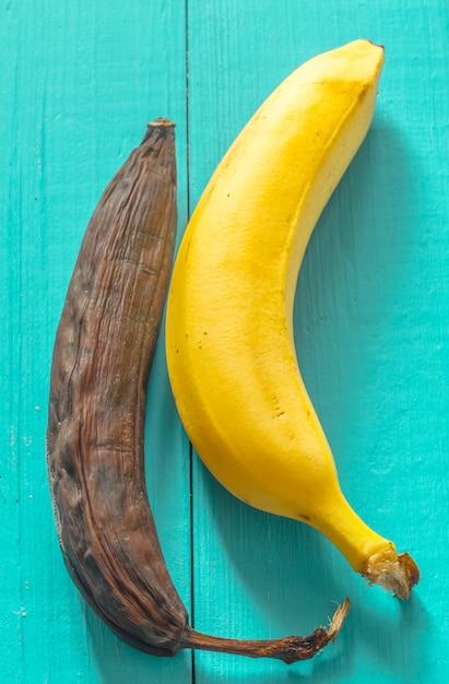 Frische und faule banane auf holzansicht von oben Kostenlose Fotos