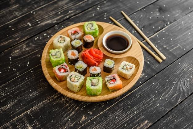 Frische und leckere sushi auf dunklem hintergrund. es kann als hintergrund verwendet werden Premium Fotos