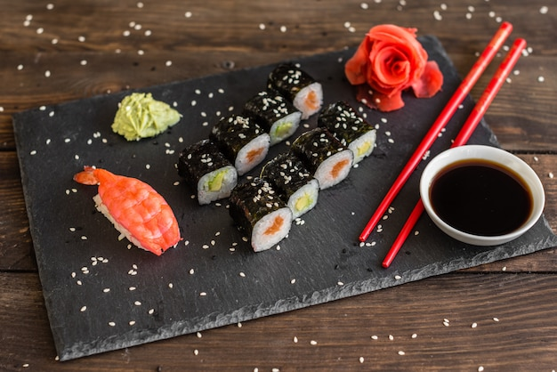 Frische und leckere sushi auf dunklem hintergrund. Premium Fotos