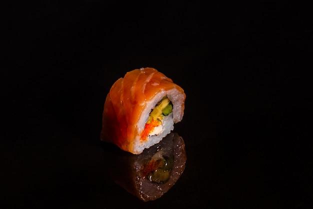 Frische und leckere sushi auf dunklem hintergrund Premium Fotos