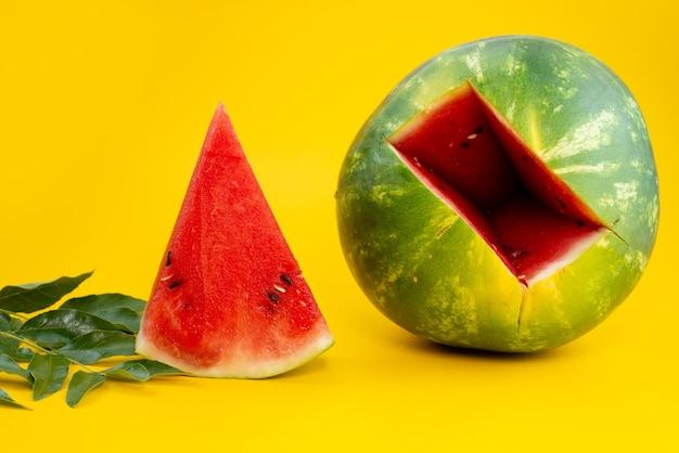 Frische wassermelone der vorderansicht süß und weich geschnitten auf gelbem, fruchtfarbenem sommer Kostenlose Fotos