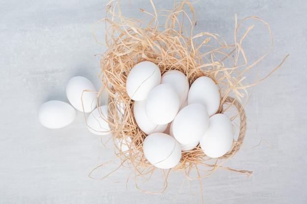 Frische weiße eier auf marmorhintergrund. Kostenlose Fotos