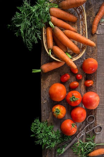 Frische zutaten zum kochen, tomaten und karotten Premium Fotos