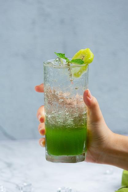 Frischer apfelsaft in einem glas mit grünen äpfeln. Kostenlose Fotos