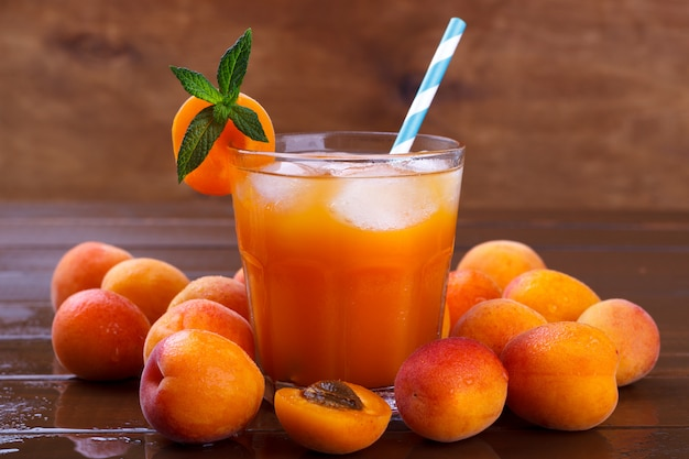 Frischer aprikosensaft Premium Fotos