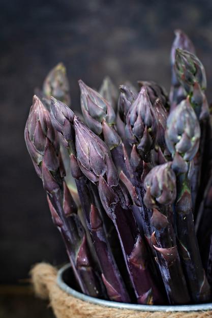 Frischer bund lila spargel Premium Fotos