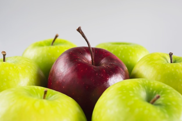 Frischer bunter apfel über grauer, sauberer frischer frucht Kostenlose Fotos