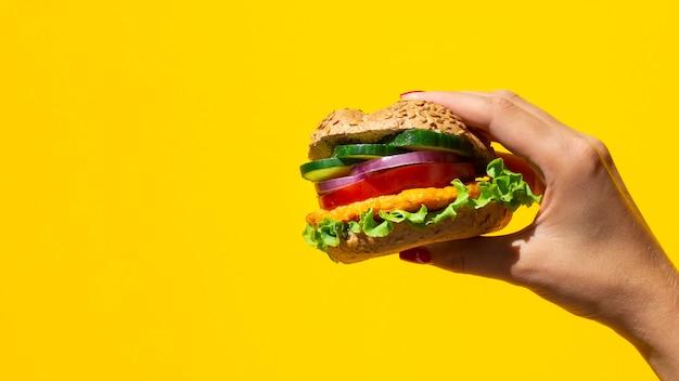 Frischer burger köstlich mit fleisch und veggie und kopieraum Kostenlose Fotos