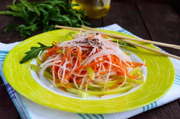 Frischer diät-fitness-salat von daikon-rettich, karotten, leinsamen, rucola. vegane küche. Premium Fotos