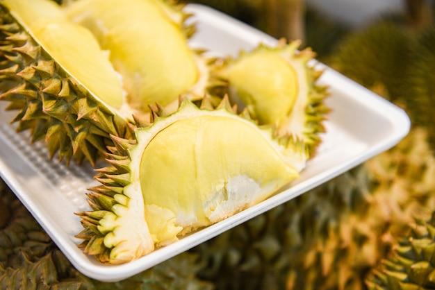 Frischer durian zog auf behälter und reife durianfrucht auf hintergrund für verkauf im markt ab Premium Fotos