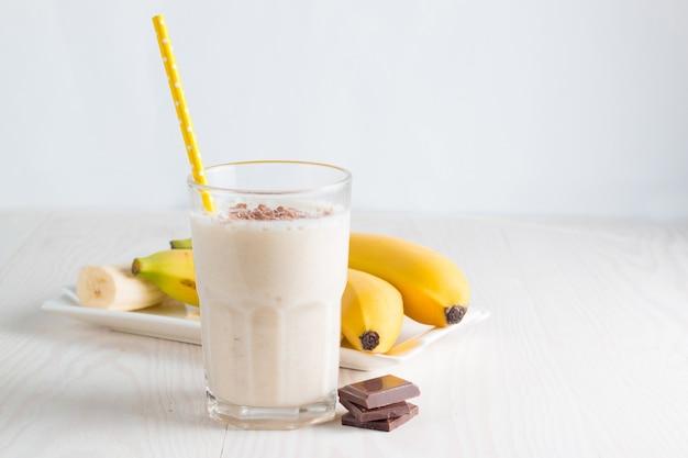 Frischer gemachter bananen-smoothie oder milchshake Premium Fotos