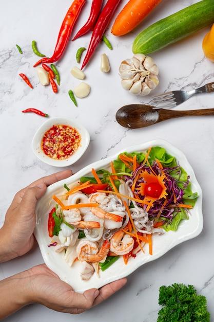 Frischer gemischter meeresfrüchtesalat, scharfes und thailändisches essen. Kostenlose Fotos