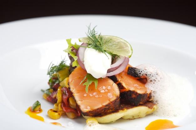 Frischer gourmet-lachs mit tartarasauce Premium Fotos