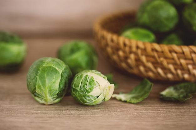 Frischer grüner rosenkohl keimt gemüse auf einer hölzernen braunen tabelle, gesundes frischgemüsekonzept Premium Fotos