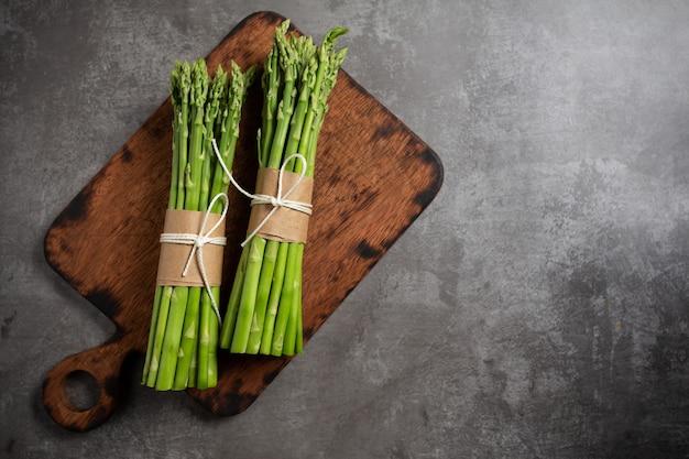 Frischer grüner spargel auf tabelle. Kostenlose Fotos