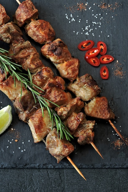 Frischer heißer kebab mit rosmarin, kalk und paprika Premium Fotos