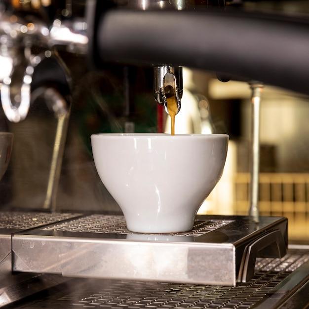 Frischer kaffee der nahaufnahme, der in schale gießt Kostenlose Fotos