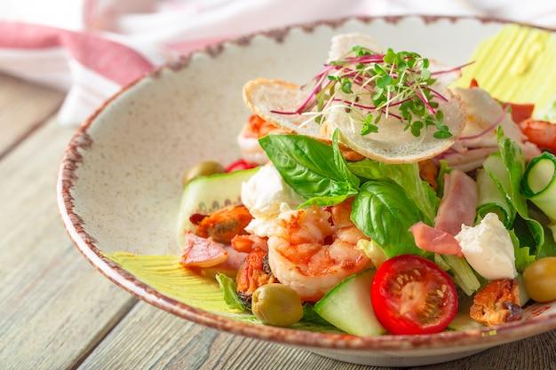 Frischer meeresfrüchtesalat mit garnelen und gemüse Premium Fotos