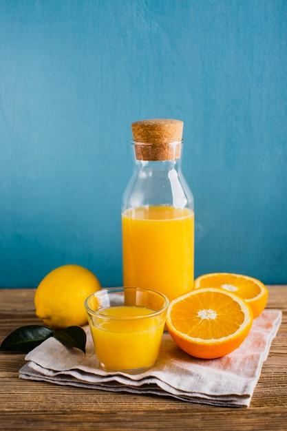 Frischer natürlicher saft der orange und der zitrone Kostenlose Fotos