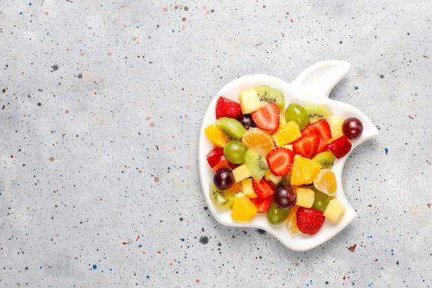 Frischer obst- und beerensalat, gesunde ernährung. Kostenlose Fotos