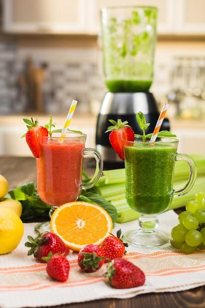 Frischer obst- und gemüsesmoothie auf küchentisch im glas Premium Fotos