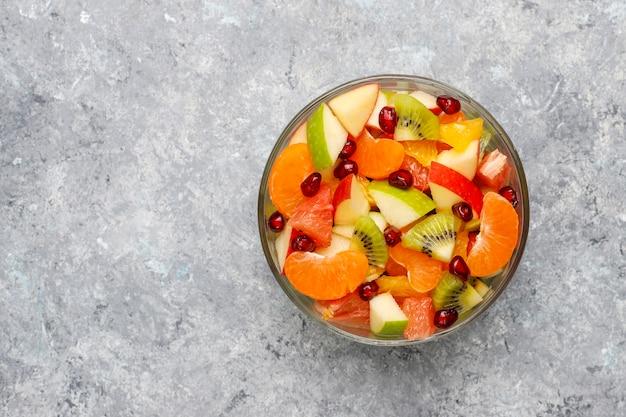 Frischer obstsalat in der schüssel mit frischen früchten. Kostenlose Fotos