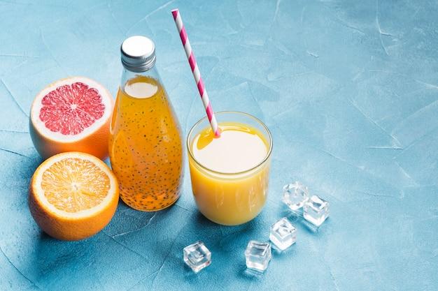 Frischer orangen- und grapefruitsaft Kostenlose Fotos