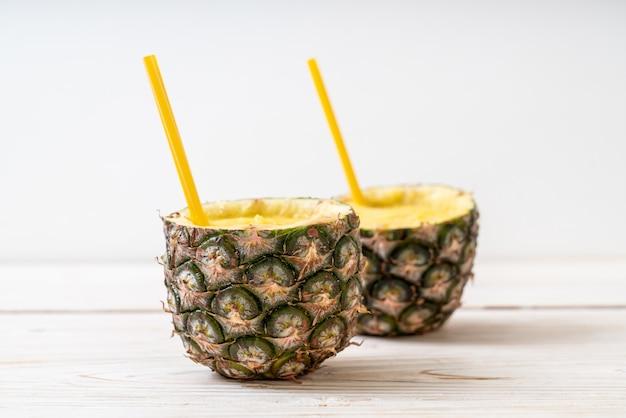 Frisches ananas smoothieglas auf hölzerner tabelle Premium Fotos