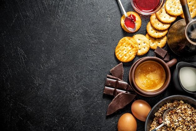 Frisches appetitanregendes frühstück auf dunklem hintergrund Premium Fotos