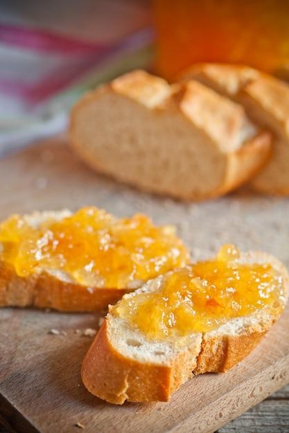 Frisches brot mit orangenmarmelade Premium Fotos