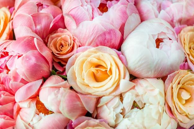 Frisches bündel rosa pfingstrosen und rosen Premium Fotos