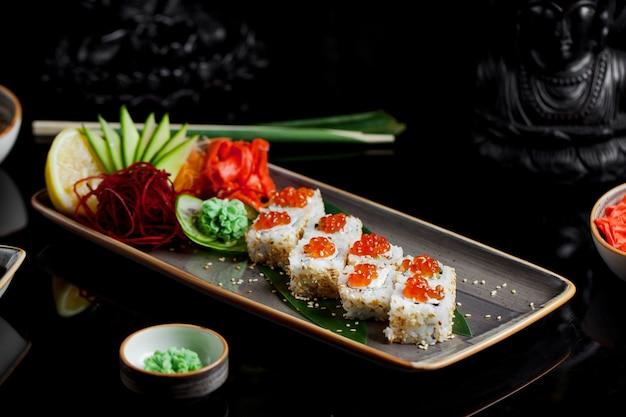 Frisches fischsushi mit ingwer und wasabi Kostenlose Fotos