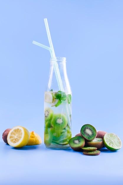 Frisches fruchtcocktail in der flasche Kostenlose Fotos