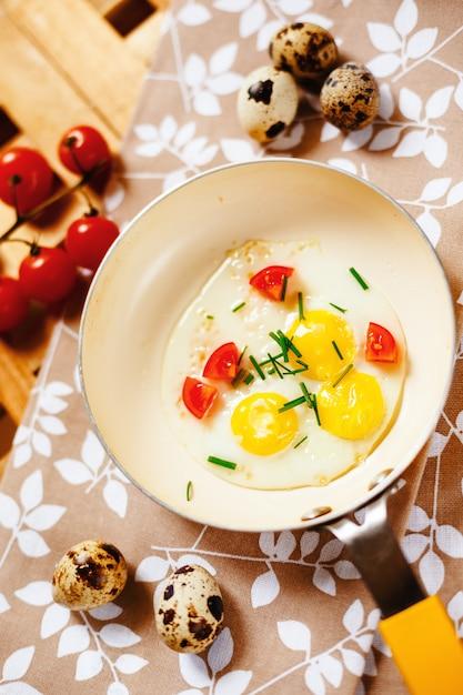 Frisches frühstück mit spiegeleiwanne Premium Fotos