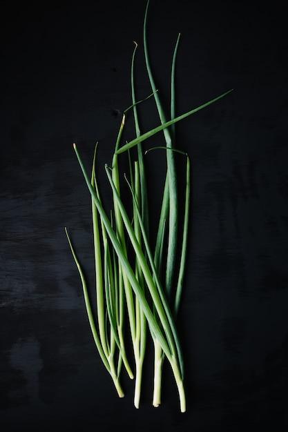 Frisches gemüse auf schwarzer texturoberfläche Kostenlose Fotos