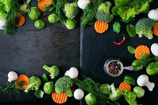 Frisches gemüse für eine gesunde ernährung. vegetarisches essen. ansicht von oben Premium Fotos