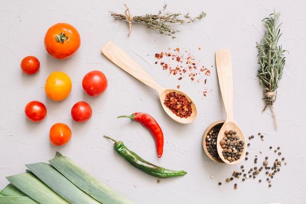 Frisches gemüse und gewürze in löffeln Kostenlose Fotos