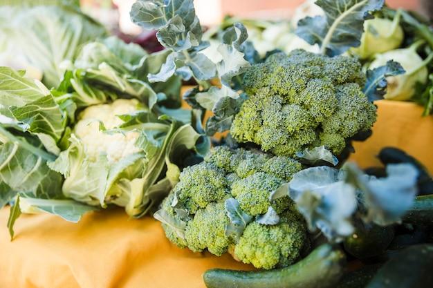 Frisches grünes gemüse für verkauf im markt Kostenlose Fotos