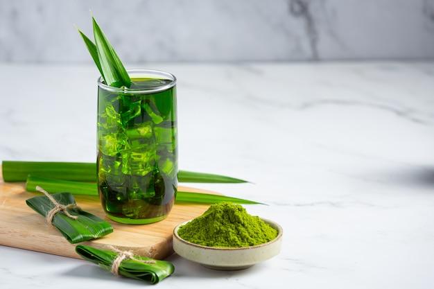 Frisches grünes pandanblatt auf tisch Kostenlose Fotos