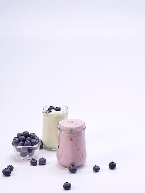 Frisches heidelbeerjoghurtglas auf weiß Premium Fotos