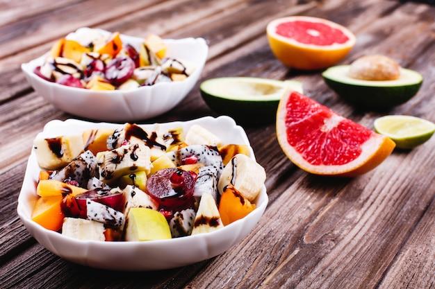 Frisches, leckeres und gesundes essen. salat von drachenfrüchten, trauben, äpfeln und kirschen Kostenlose Fotos