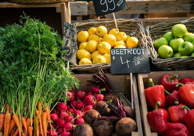 Frisches lokales organisches gemüse am bauernmarkt Premium Fotos