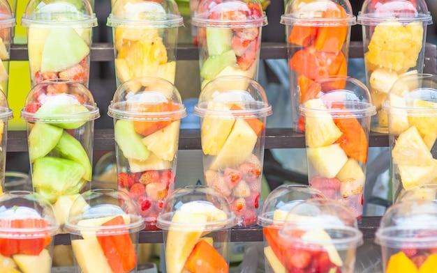 Frisches mischungsfrucht in den gläsern bereiten sich für mischmenü vor Kostenlose Fotos