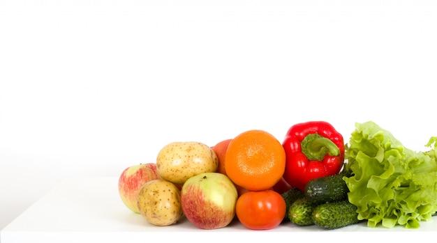 Frisches obst und gemüse auf einem tisch Premium Fotos